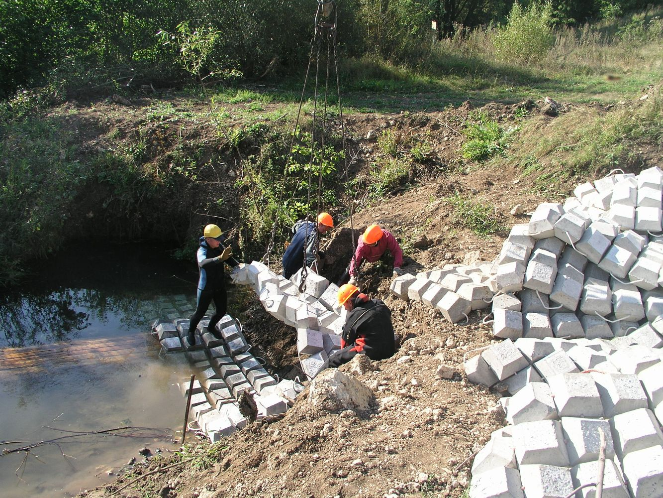 Укладка бетонных канав